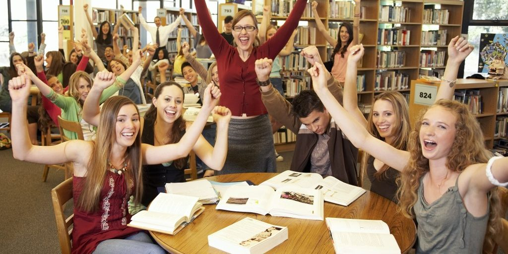 happy-teens-in-library1